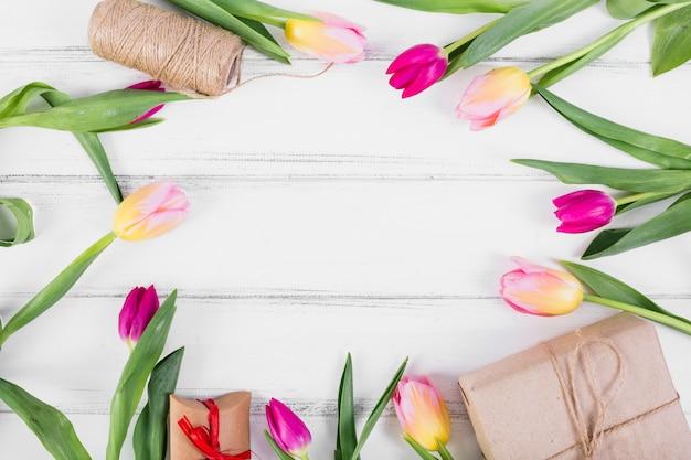 Tulipes placé cercle avec des coffrets cadeaux