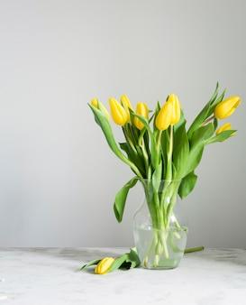Tulipes de printemps à angle élevé dans un vase
