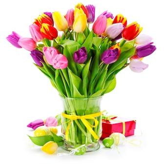 Tulipes de printemps aux oeufs de pâques