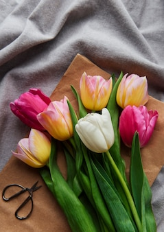 Tulipes de printemps colorées sur une surface textile