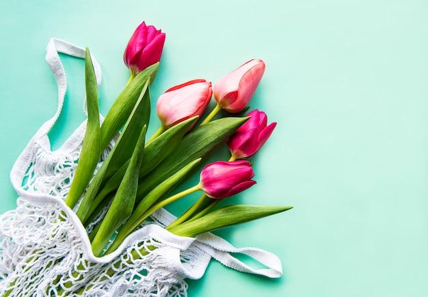 Tulipes de printemps dans un sac écologique