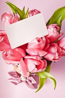 Tulipes roses avec carte gros plan