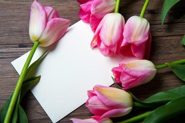 Tulipes roses avec carte postale
