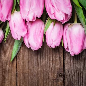 Tulipes roses close up sur fond de bois ancien