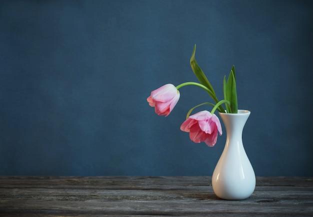 Tulipes roses dans un vase blanc