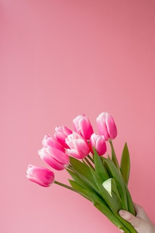 Tulipes roses sur fond rose avec espace de copie.