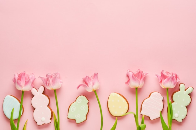 Tulipes roses avec des oeufs de pain d'épice de pâques