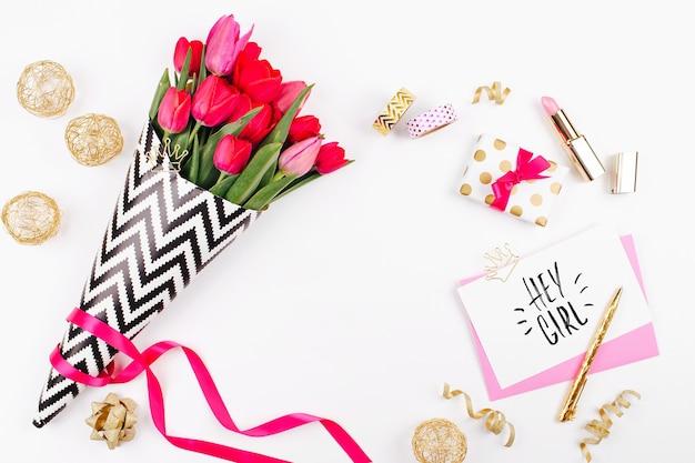 Tulipes roses en papier d'emballage élégant noir et blanc cadeaux cosmétiques et accessoires féminins