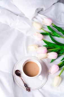 Tulipes roses et tasse à café