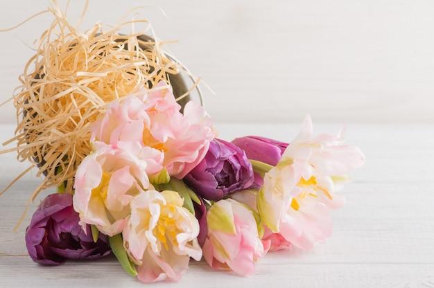 Tulipes roses et violettes dans un seau en étain