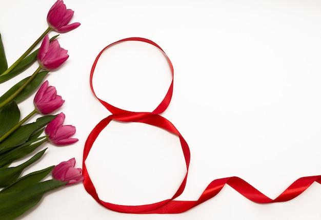 Tulipes roses avec une vue de dessus de ruban rouge