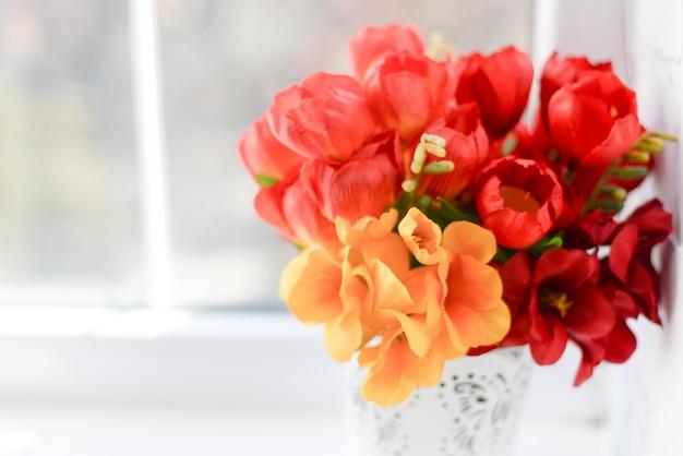 Tulipes rouges sur blanc avec espace de copie.