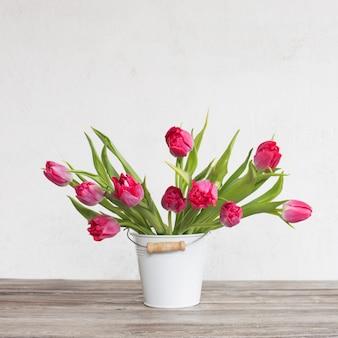 Tulipes rouges dans un seau