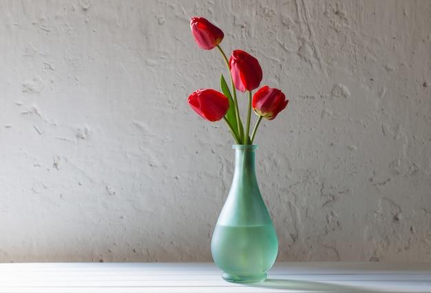 Tulipes rouges dans un vase