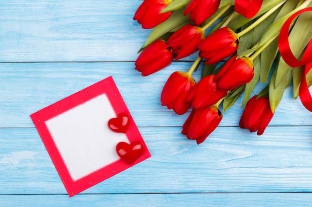 Tulipes rouges sur une table en bois
