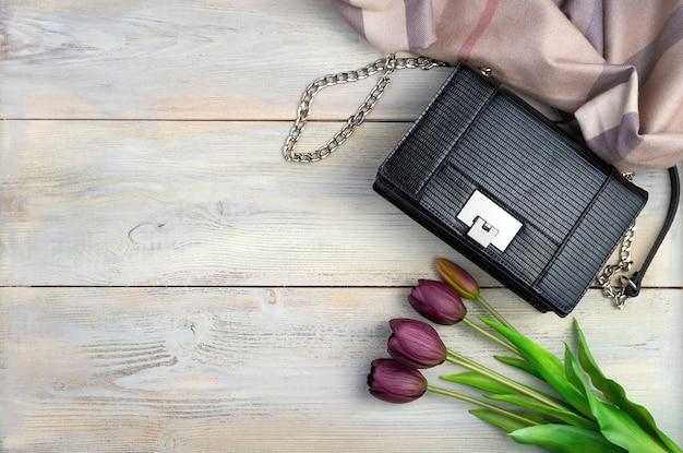 Tulipes, sac, écharpe sur un fond en bois clair. vue de dessus avec espace pour copier.