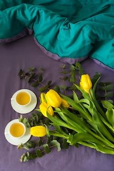 Tulipes et tasses de thé