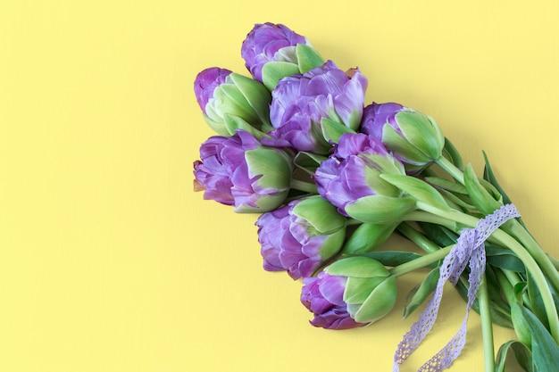 Tulipes violettes nouées avec un ruban de dentelle