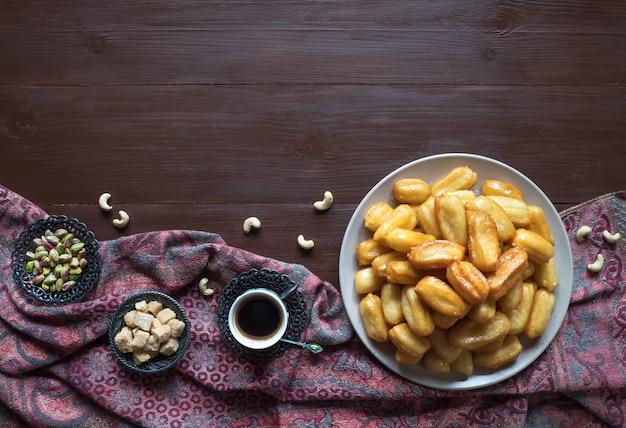 Tulumba tatlisi - desserts turcs traditionnels tulumba. célébration des bonbons arabes eid ramadan.