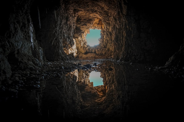 Tunnel en béton brun pendant la journée