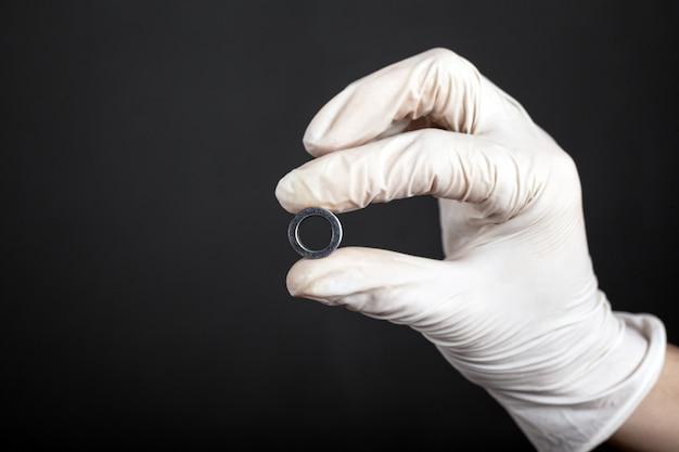 Tunnel piercing à la main, accessoire d'oreille bouchent