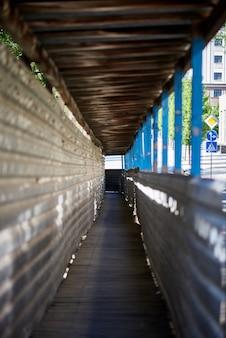 Tunnel piétonnier temporaire dans la zone de construction.