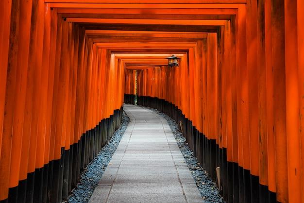 Tunnel de la porte torii au sanctuaire de fushimi inari