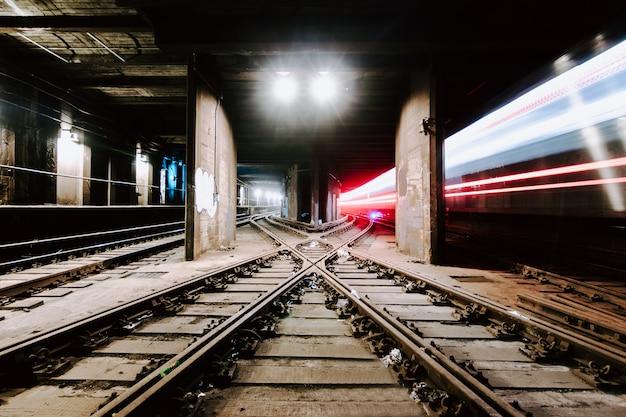 Tunnel souterrain et voies ferrées