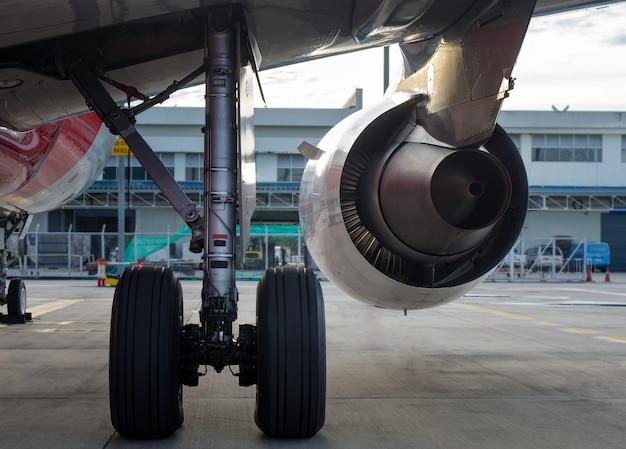 Turbine d'avion moteur en arrière-plan de l'aéroport