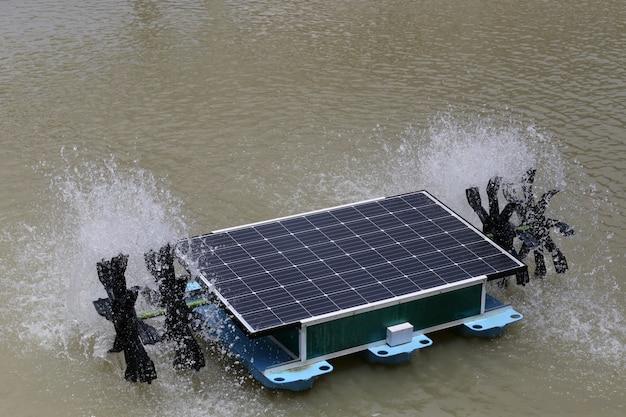 Turbine à eau solaire dans l'étang.