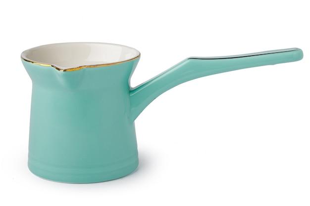 Turc en céramique ou pot à lait isolé sur blanc