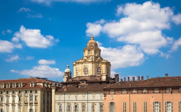 Turin, italie - circa aot 2020 : perspective sur l'élégante et baroque église saint-laurent à turin. lumière naturelle incroyable avec un ciel bleu.