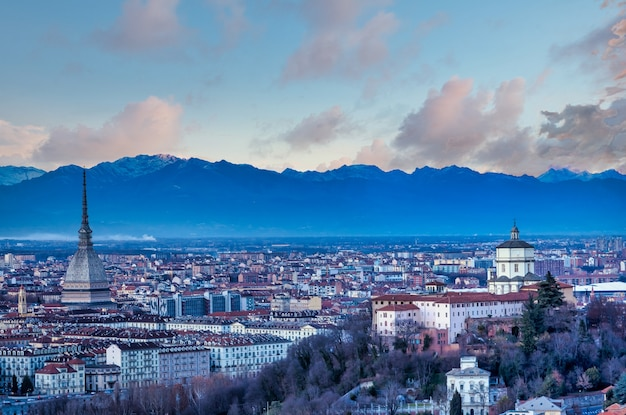 Turin, italie - circa aot 2020 : vue panoramique avec horizon au coucher du soleil. magnifiques montagnes des alpes en arrière-plan.