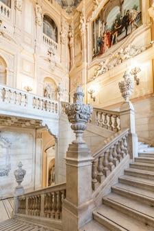 Turin, italie - circa août 2021 : escalier de marbre dans le palais historique avec l'intérieur de luxe - palais royal de savoia