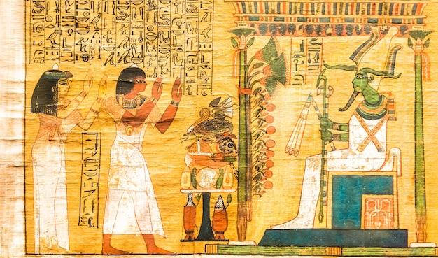 Turin, italie - circa mai 2021 : ancien papyrus égyptien avec texte funéraire hiéroglyphique. circa 1550 bc manuscrit antique.