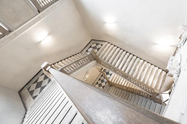 Turin, italie - vers mai 2021 : escalier de luxe en marbre dans un ancien palais italien