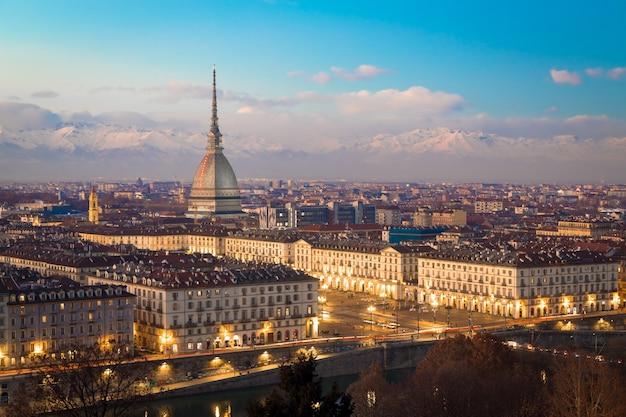 Turin, région du piémont, italie. panorama depuis le monte dei cappuccini (colline des cappuccini) au coucher du soleil avec les montagnes des alpes et le monument mole antonelliana.