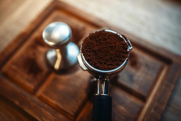 Turk avec du café moulu frais sur comptoir en bois