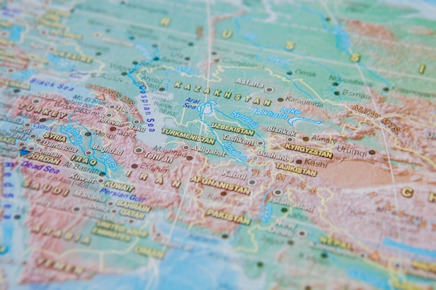 Turkménistan, ouzbékistan, kirghizistan en gros plan sur la carte. concentrez-vous sur le nom du pays. effet vignettage