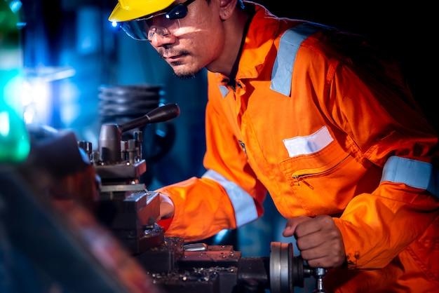 Turner porte des vêtements de travail orange dans la boutique. avéré l'idée d'une industrie qui visse ou contrôle un tour