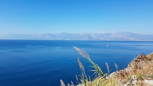La turquie, la côte d'antalya, vue depuis les rochers jusqu'à la mer sur kemer