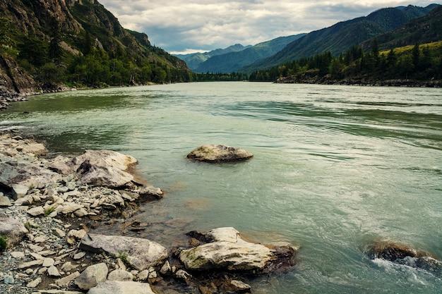 Turquoise grande rivière de montagne large