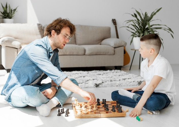 Tuteur apprenant au garçon comment jouer aux échecs