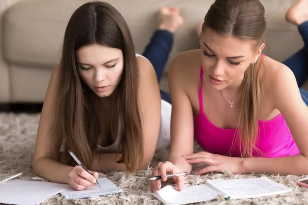 Un tuteur est engagé avec une adolescente à la maison