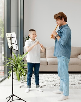 Tuteur et garçon apprenant un instrument de musique