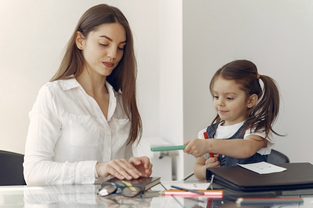 Tuteur avec petite fille étudie à la maison