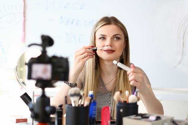 Tutoriel sur la beauté de la blogueuse vidéo féminine