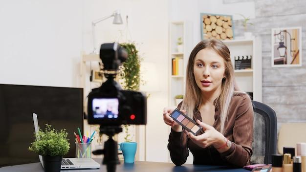 Tutoriel d'enregistrement de vlogger beauté d'influence pour les adeptes de l'utilisation des cosmétiques pour la peau.