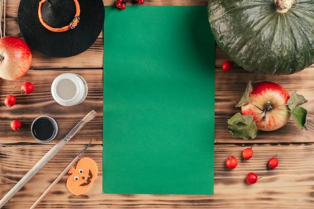 Tutoriel halloween étape par étape, empreinte de la main de l'enfant fantôme. étape 1 : vous aurez besoin d'une feuille de papier de couleur, de gouache blanche et noire ou de peintures acryliques et d'un pinceau. vue de dessus. espace de copie