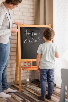 Tutrice enseignant les mathématiques de l'enfant à la maison
